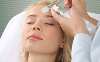 Как убрать возрастные пигментные пятна на лице и руках: препараты и народные способы
