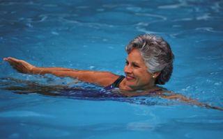Плавание для пожилых людей: нормы и особенности