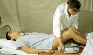 Как пользоваться уткой (судном) для лежачих больных: особенности выбора и процедура применения