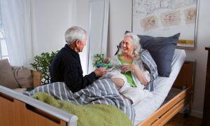 Как оформить уход за пожилым человеком или лежачим больным — особенности и нюансы