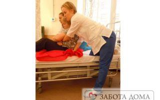 Как правильно посадить лежачего больного в кровати и как нанять сиделку?