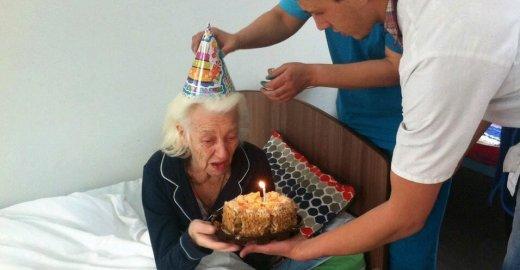 Пансионаты для пожилых людей: виды, что входит в услуги, условия и цены, как выбрать пансионат для престарелых?