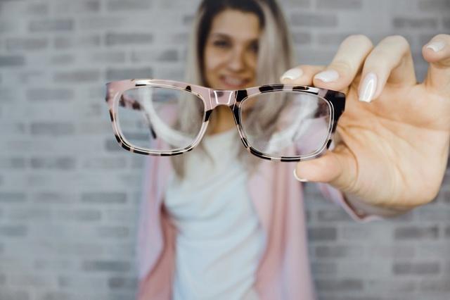 Линзы или очки в пожилом возрасте: особенности ношения