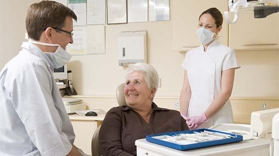 Бесплатное протезирование зубов для пенсионеров: где пройти процедуру в вашем городе?