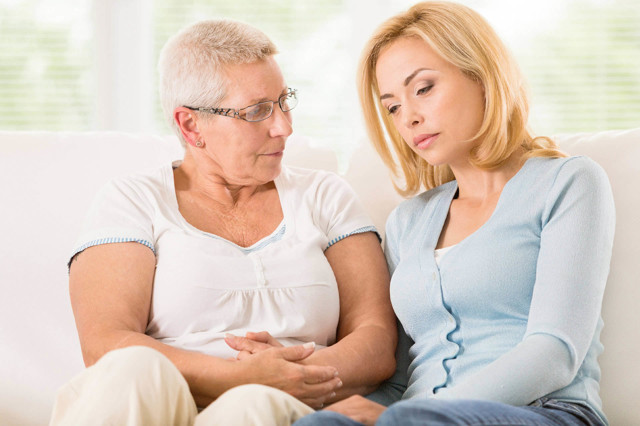 Что выбрать: сиделка на дом или частный пансионат для пожилых
