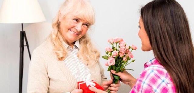 Подарок бабушке на 8 марта: 10 вариантов интересных презентов