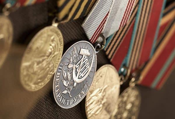 Сумма ежемесячной денежной выплаты ветеранам труда: последение правки в законах РФ